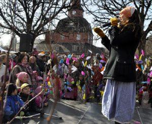 Se llama påskkärringar al disfraz de de bruja que llevan los niños Imaginas la pascua en Suecia?