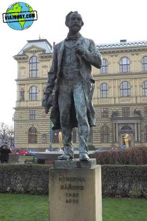 estatua-Rudolfinum-praga-viajohoy El Rudolfinum de Praga – Casa de artistas