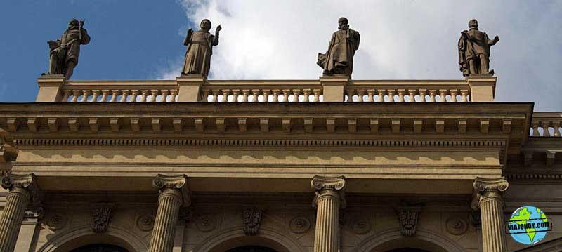 estatuas-Rudolfinum-praga-viajohoy El Rudolfinum de Praga – Casa de artistas